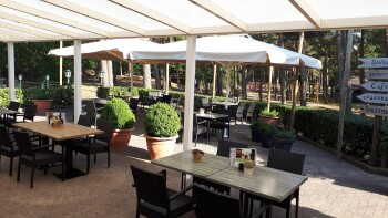 Vanaf woensdag 28 april gaat ons terras weer open en kunnen wij eindelijk onze heerlijke gerechten weer aan tafel serveren. Zoals bekend sluiten de terrassen om 18.00 uur.
