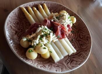 Vanaf Pasen ieder weekend  Asperges met Beenham, gekookte kriel, ei en boterjus €19.50  ( warm af  te halen)   .       Ook los asperges te bestellen portie van 8 stuks €10.00 ( warm af  te halen)