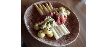 Ieder weekend tot eind juni kunt u genieten van asperges traditioneel met ham, ei en gekookte kriel  € 19.50 of 8 stuks asperges op een bord €10.00